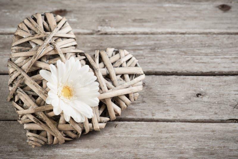 Fleur blanche et coeur d coratif en osier image stock image du poteau l gant 70244699 - Coeur en osier ...