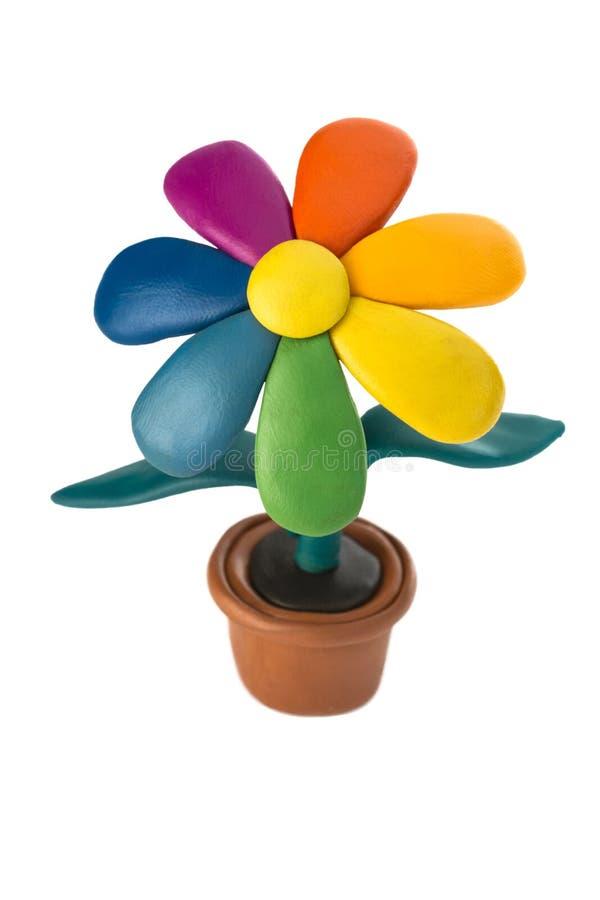Fleur colorée de pâte à modeler avec des feuilles dans le pot brun photos libres de droits