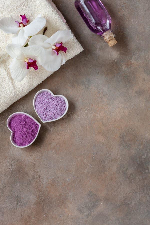 Fleur d'orchidée, sel de mer d'arome, essence minérale de mer, argile cosmétique naturel, et serviette Soin de peau normal Kit de photos stock