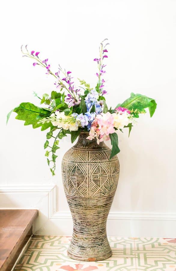 Fleur dans le vase images stock