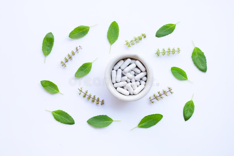 Fleur de basilic saint et feuilles avec le pil de fines herbes de medicinecapsules photos stock
