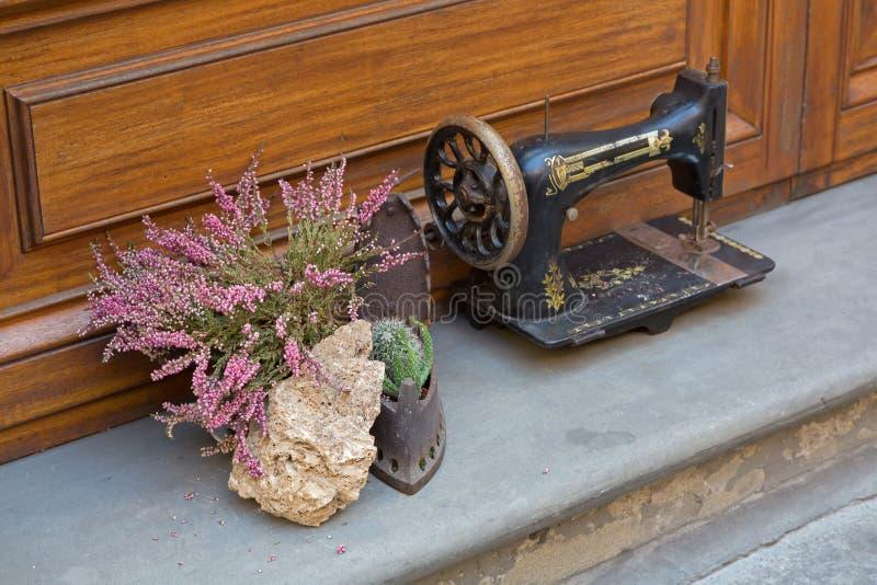 Fleur de carnea de Bruyère à côté de la machine à coudre antique décorant ho photo stock
