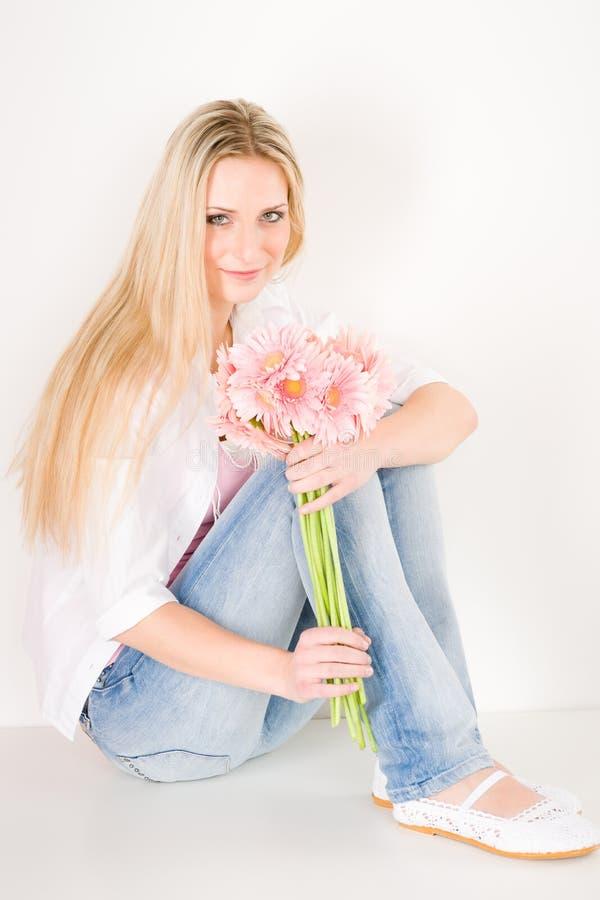 Fleur de marguerite de gerbera de rose de prise de jeune femme photographie stock libre de droits