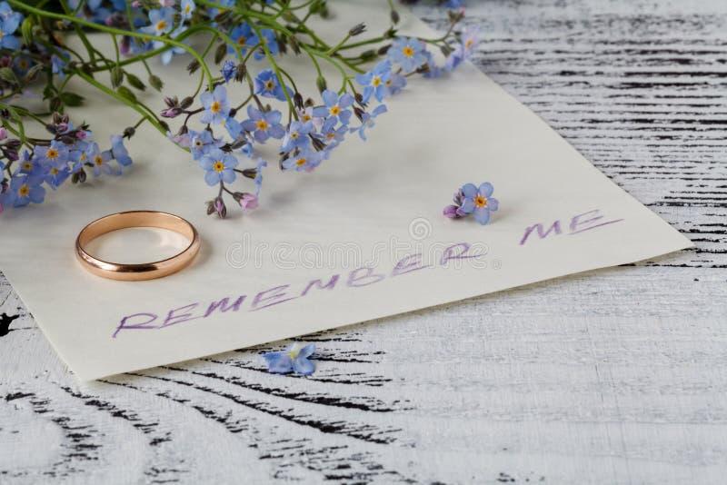 Fleur de myosotis sur la note d'amour de ² d'anÐ photos stock