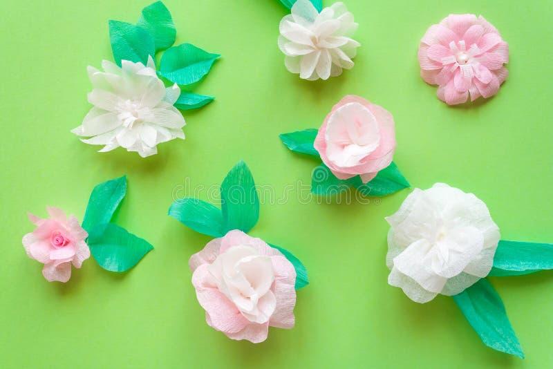 Fleur de papier de couleur sur le fond vert images stock