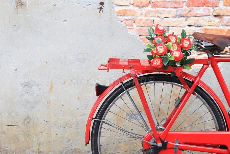 Fleur de plan rapproché sur le vintage rouge de classique de bicyclette de selle image stock