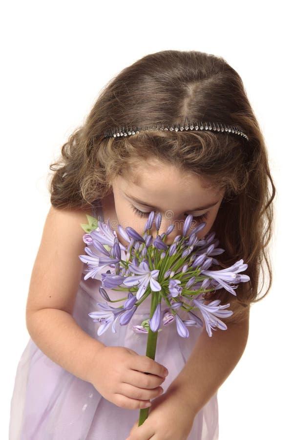 Fleur de reniflement de jeune fille photos stock
