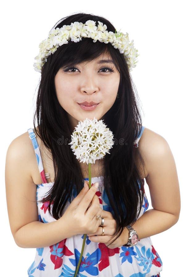 Fleur de soufflement de belle femme d'isolement photos libres de droits