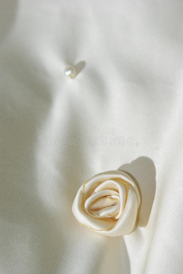 Fleur de tissu sur le voile de mariage images stock