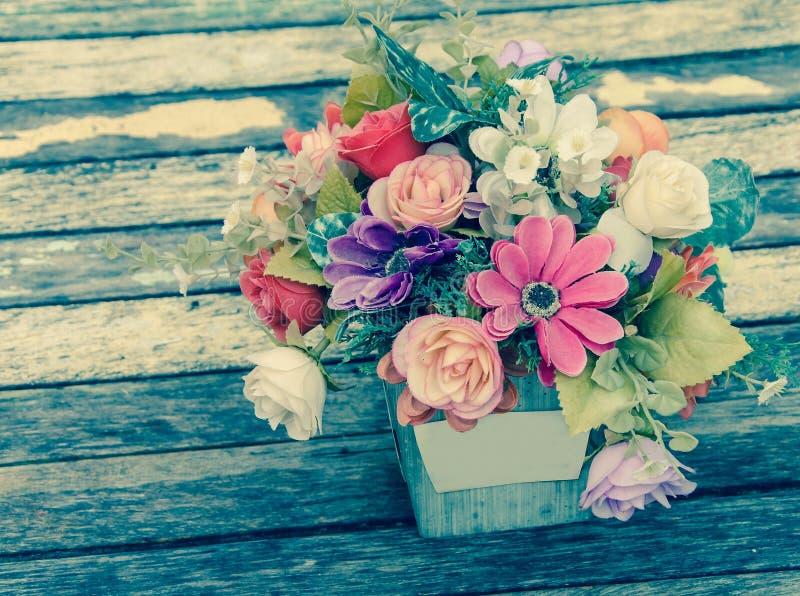 Fleur de vintage du tissu sur la table en bois photo stock