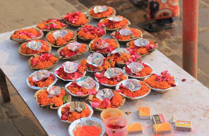 Fleur du Gange offrant l'Inde de Varanasi photos stock