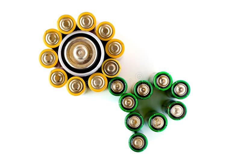 Fleur effectuée à partir des batteries sur le fond blanc images stock