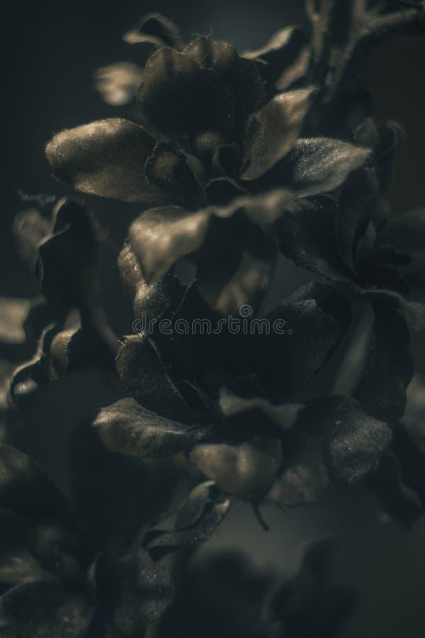 Fleur en plastique d'or dans le pot image stock
