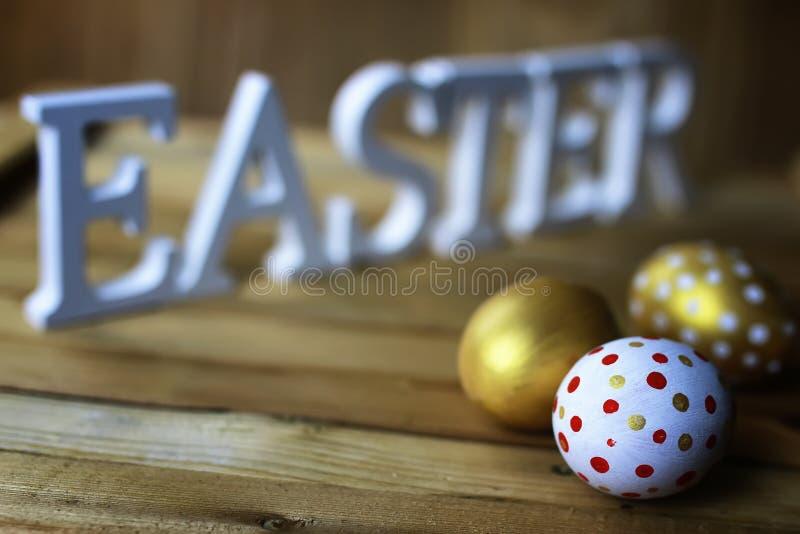 Fleur et oeufs de Pâques sur en bois photos stock