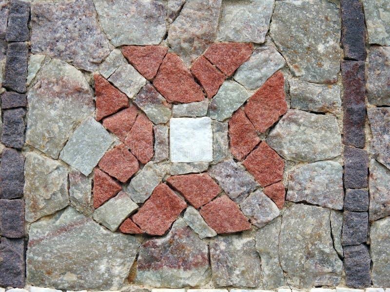 Fleur faite utilisant différentes pierres de forme et de couleurs, Lithuanie photographie stock