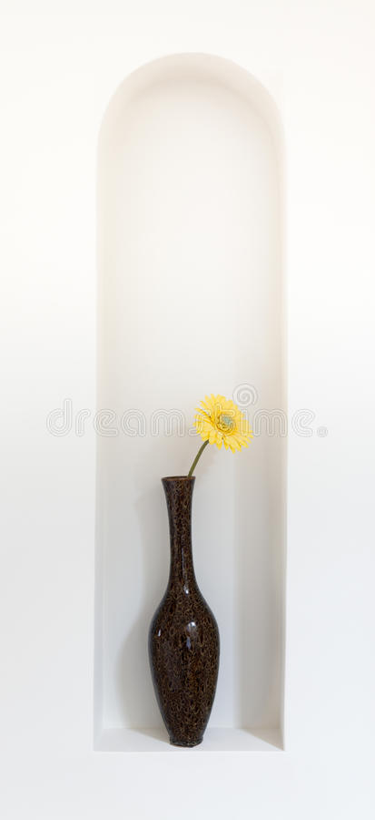 Fleur jaune dans le vase photos stock