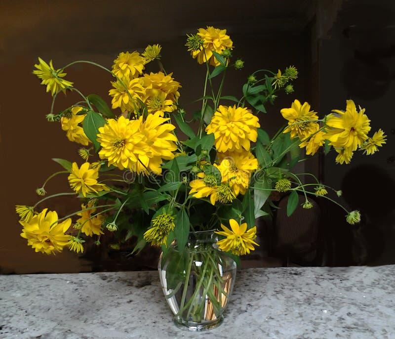 Download Fleur Jaune Dans Un Vase En Verre Photo stock - Image du glace, fond: 45360102