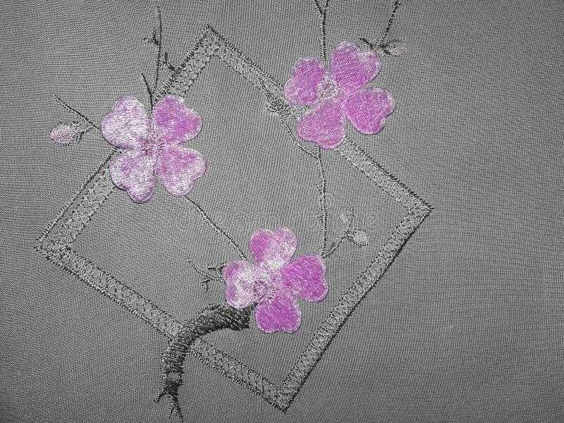 Fleur pourpre sur le tissu image stock