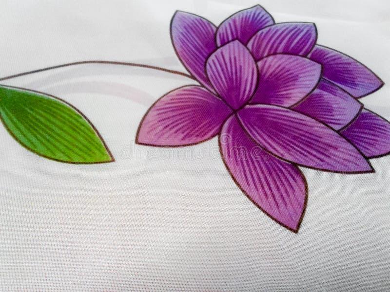 Fleur pourpre sur le tissu images stock