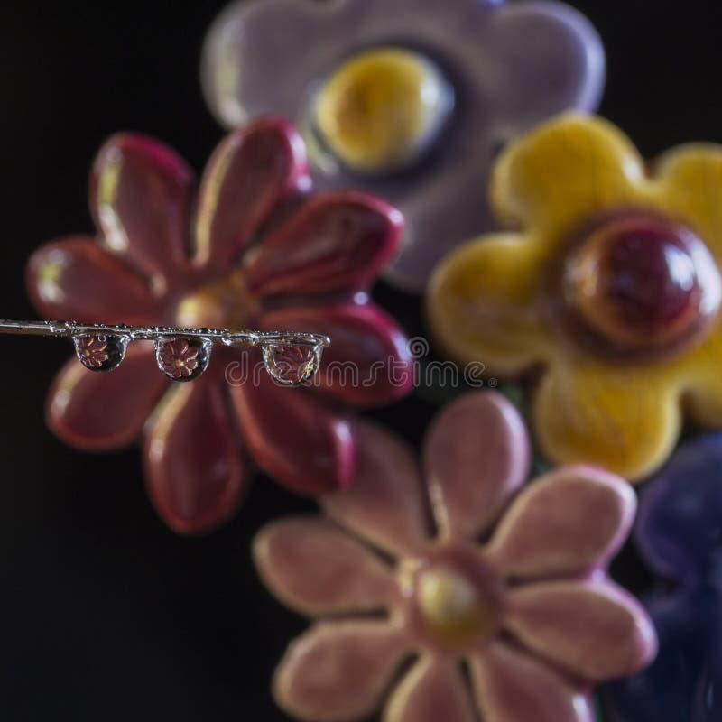 Fleur reflétée par une baisse photos stock