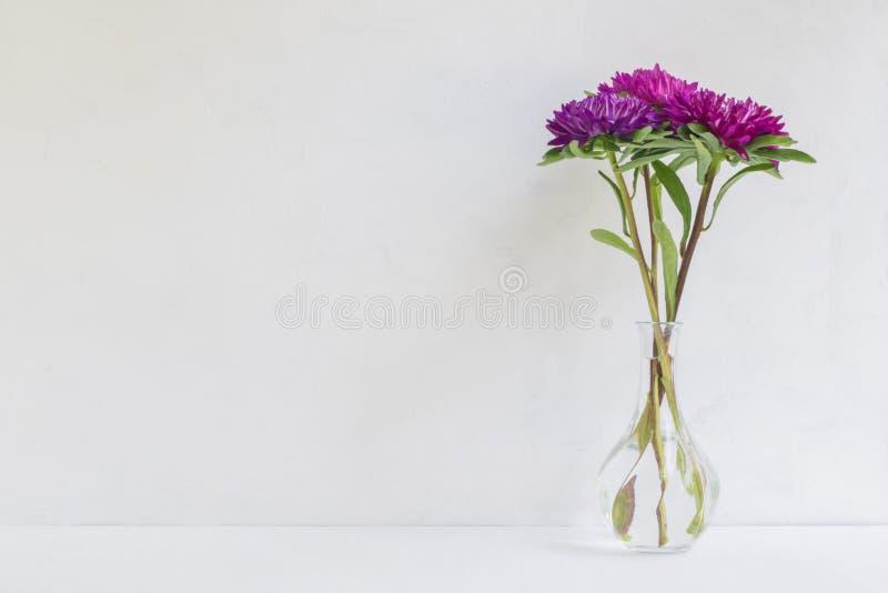 Fleur rose dans un vase sur un fond clair images libres de droits