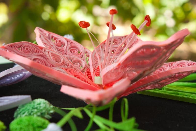 Fleur rose un lis d'un papier image stock