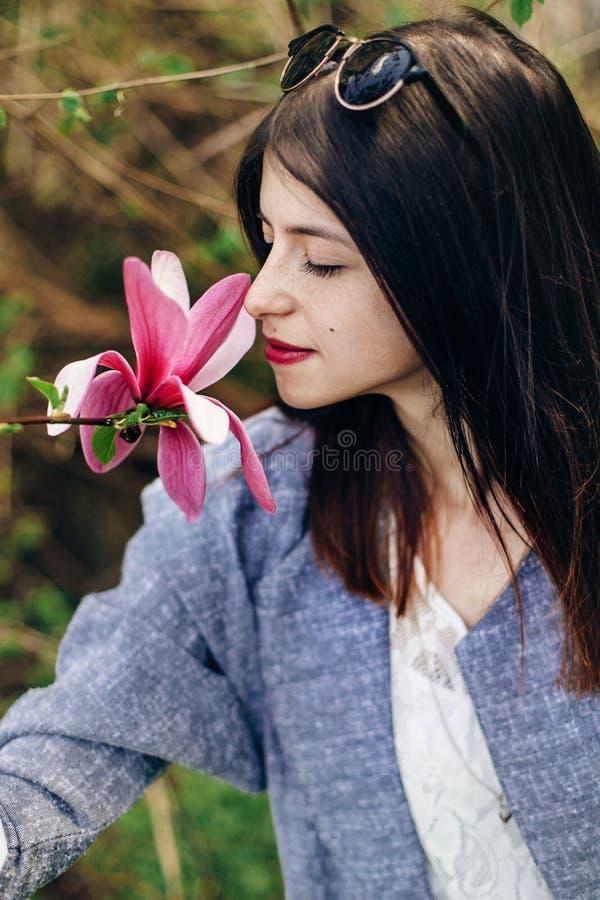 Fleur sentante de magnolia de belle femme élégante de hippie dans le sunn image libre de droits