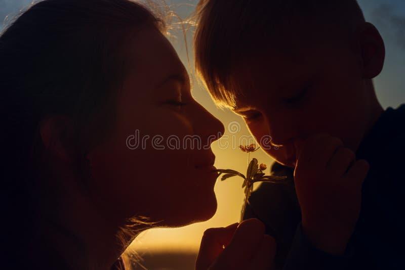 Fleur sentante de sourire heureuse de mère et d'enfant photo libre de droits
