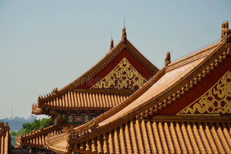 Or fleuri et peinture rouge sur des toits des bâtiments de chinois traditionnel image stock