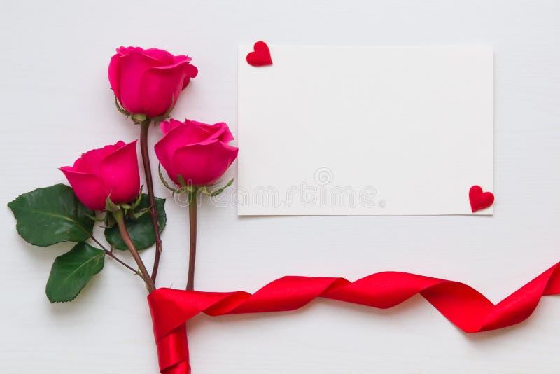 Fleurissez la composition avec le bouquet rose et les coeurs avec l'espace de copie photographie stock