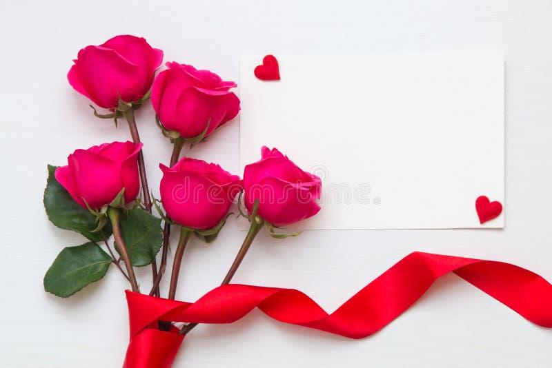 Fleurissez la composition avec le bouquet rose et les coeurs avec l'espace de copie images stock