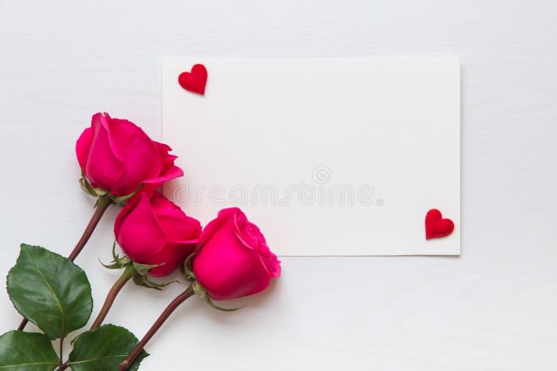 Fleurissez la composition avec le bouquet rose et les coeurs avec l'espace de copie photos libres de droits