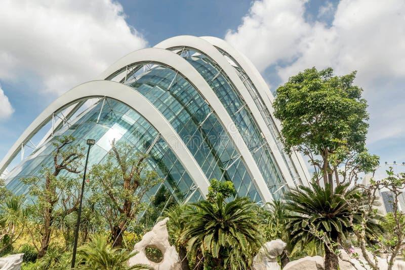 Fleurissez le bâtiment de dôme dans les jardins de parc par la baie à Singapour image libre de droits