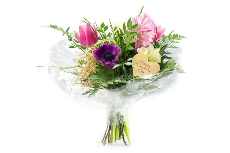 Fleurissez le bouquet dans la cellophane avec une forme en bois de coeur, hasard des textes image libre de droits