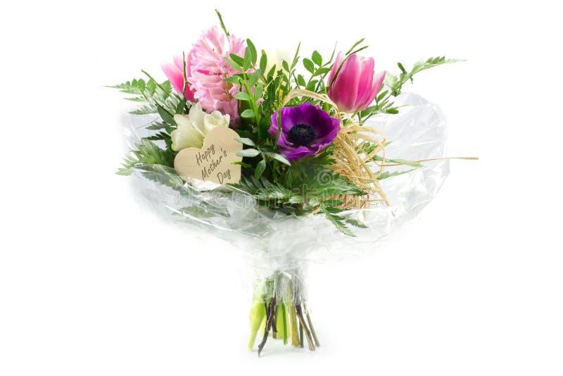 Fleurissez le bouquet dans la cellophane avec une forme en bois de coeur, mot des textes photo stock