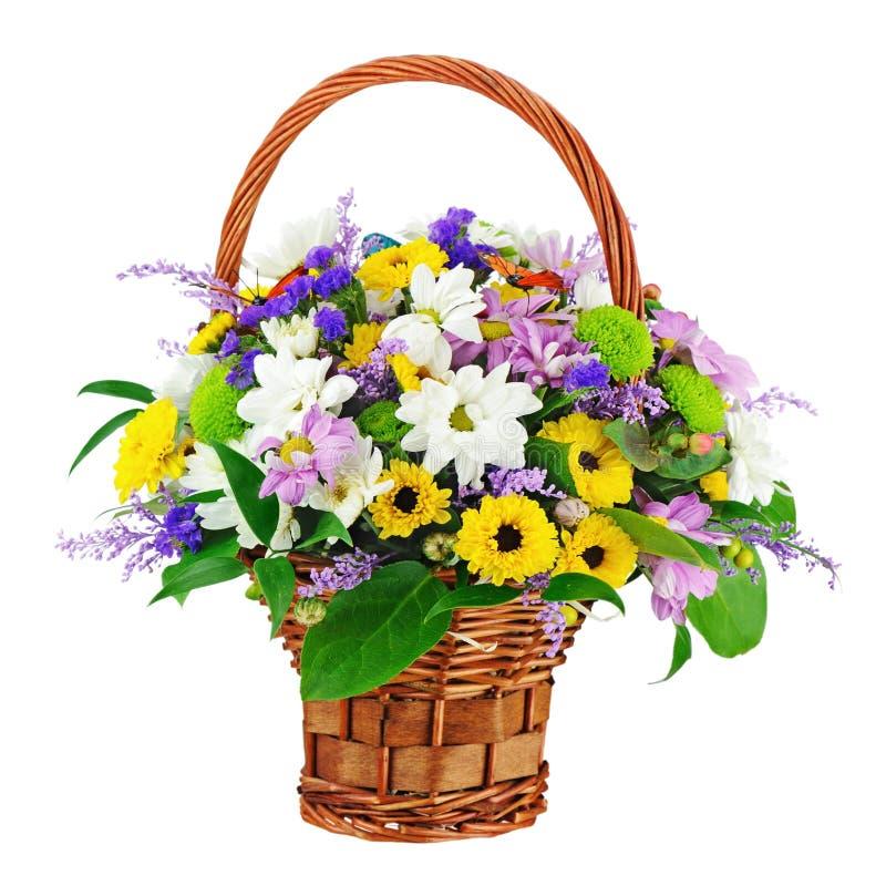 Fleurissez le bouquet dans le panier en osier d'isolement sur le fond blanc photos libres de droits