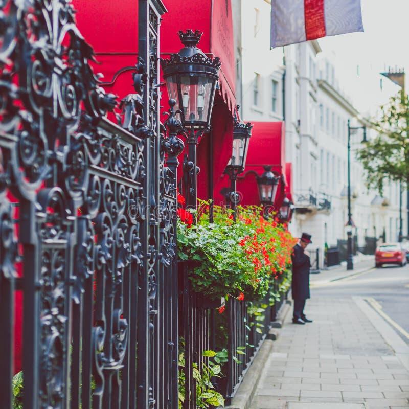 Fleurissez le détail d'une rue dans Mayfair, dans un secteur riche de Lon image libre de droits