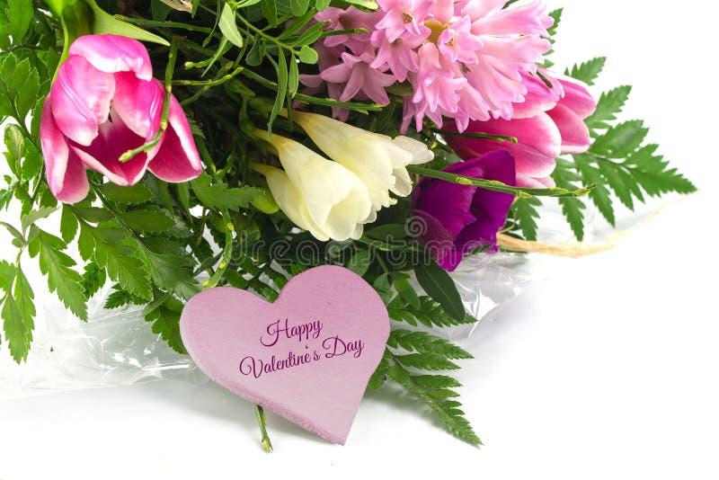 Fleurissez le groupe et une forme rose de coeur avec la valentine heureuse des textes photos stock