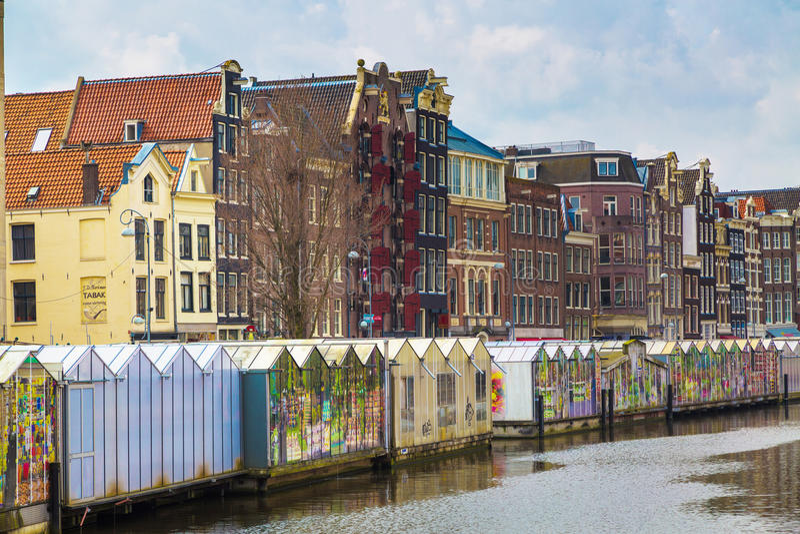 Fleurissez le marché, canal à Amsterdam, Hollande image stock