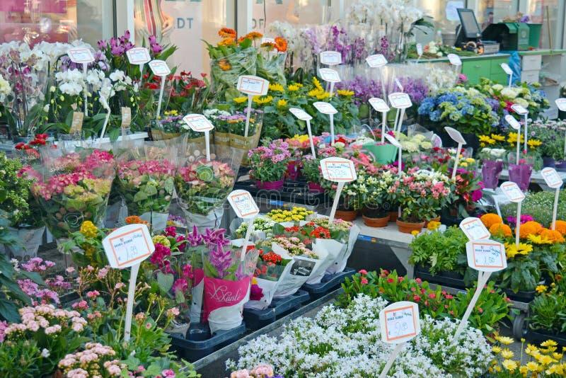 Fleuriste avec beaucoup de différents bouquets colorés à vendre photographie stock libre de droits