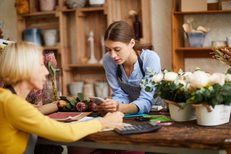 Fleuriste de gestion de deux femmes photographie stock libre de droits