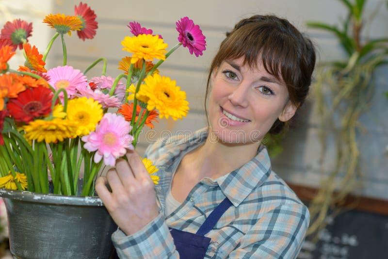 Fleuriste féminin avec le gerbera images stock