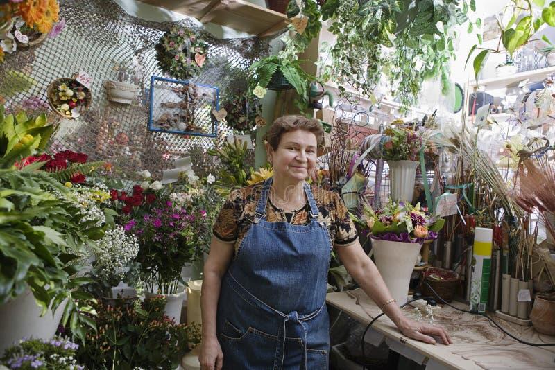 Fleuriste féminin sûr In Shop photos stock