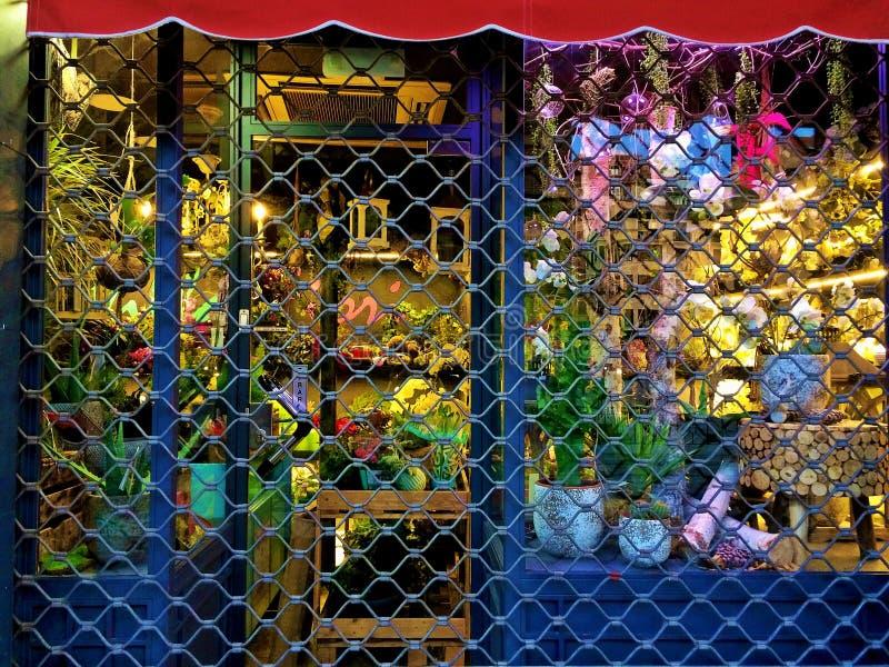 Fleuriste fermé avec l'éclairage de nuit images stock