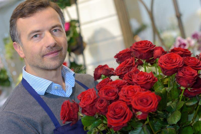 Fleuriste masculin dans la boutique photographie stock