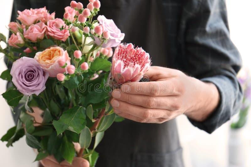 Fleuriste masculin tenant le beau bouquet photos libres de droits