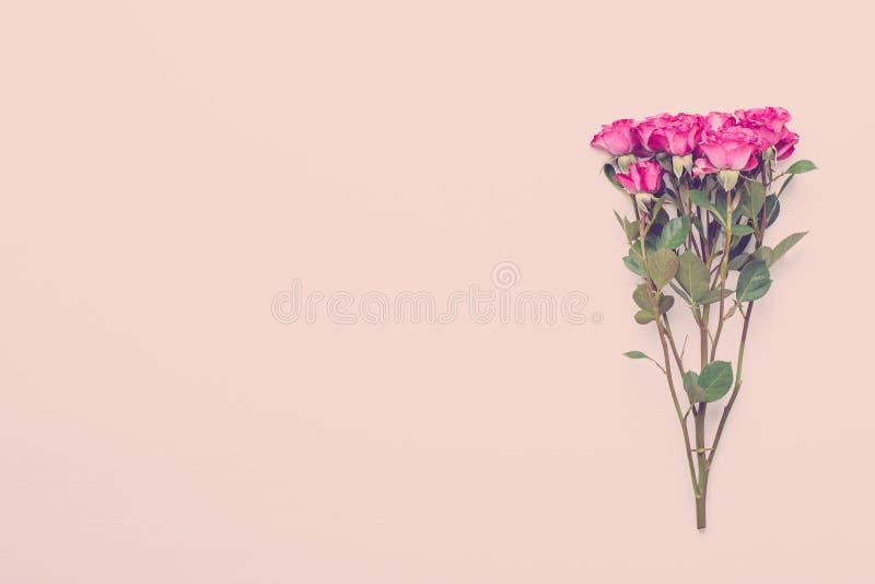 Fleurit la composition Vue faite en rose rouge sur le fond en bois blanc Configuration plate, vue supérieure, l'espace de copie image libre de droits