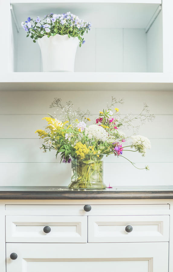 Fleurit la décoration sur la raboteuse blanche Décoration à la maison florale légère photo libre de droits