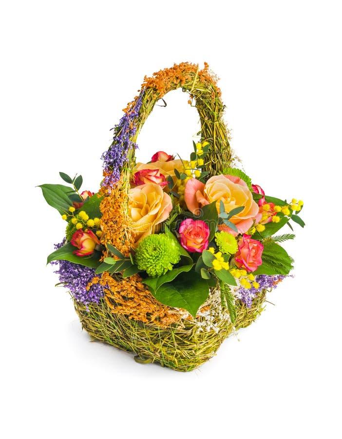 Fleurit le bouquet dans le panier photographie stock