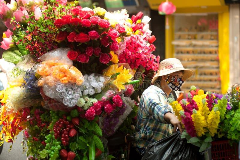 Fleurit le marchand ambulant à la ville de Hanoï, Vietnam images libres de droits
